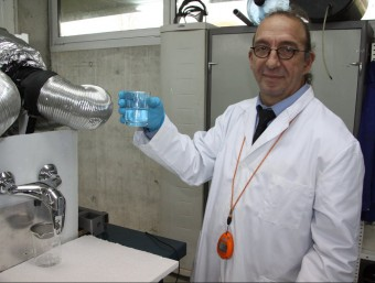 Xavier Doló, amb el prototip d'Hidromach.  ACN