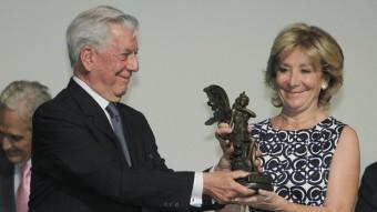 Mario Vargas Llosa, el Nobel del manifestos, amb Esperanza Aguirre. EFE