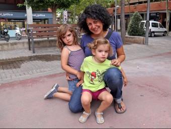 La Isabel i les seves dues filles, la Paulina i la Mariona, serà el tercer estiu que aniran a una casa de colònies amb els amics JUANMA RAMOS