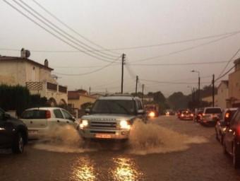 L'aigua va caure amb força al Baix Empordà on en alguns punts –a la foto, l'Escala–, va causar problemes. R.CARMONA