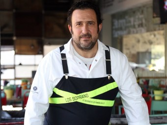 Chef Òscar Manresa poses for a photo in his Gavà restaurant./  QUIM PUIG
