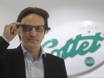 Àlex Cottet, director de màrqueting de l'empresa, amb unes Google Glass.  MARTA PÉREZ