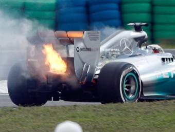 Lewis Hamilton, amb el Mercedes encès, dissabte VALDRIN XHEMAJ/EFE