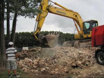Una excavadora recollia ahir a la tarda la runa de l'antiga estació de Bescanó D.V