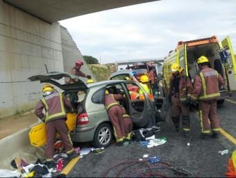 Els bombers van excarcerar la persona ferida greu en l'accident a Caldes de Malavella ACN