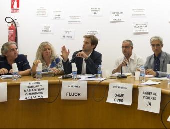 L'equip de govern, en un moment del ple, amb la sala farcida de consignes. G.S./ICONNA