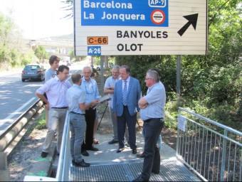 Els representants d'entitats i administracions en la inauguració de la nova passera ahir a Sant Julià de Ramis D.V