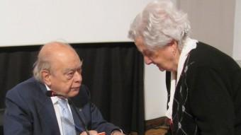 Jordi Pujol, signant un llibre en una de les darreres visites a Girona. J.TRILLAS