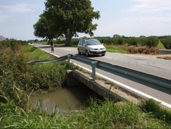 El vehicle va caure en una sèquia que passa per la C-31, al terme municipal de Verges JOAN PUNTÍ