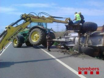 Una excavadora treballant en l'accident del remolc que transportava purins BOMBERS