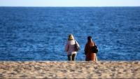 Dues persones grans de vacances a Lloret a la tardor en una imatge d'arxiu