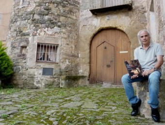 L'editor i coautor del volum davant de l'Abadia, una de les cases ressenyades en la seva obra. R. E