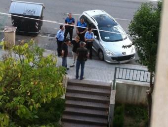 Imatge d'agents dels Mossos d'Esquadra ahir a la zona. ACN