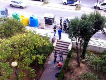 Agents de policia busquen indicis a la zona on han passat els fets, a Badia del Vallès ACN
