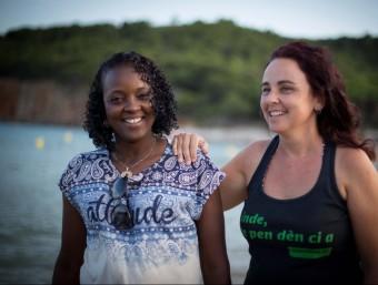 Dienaba Balde i Sílvia Bagaria passejant arran de mar després de l'entrevista la l'Escala MARTÍ ARTALEJO