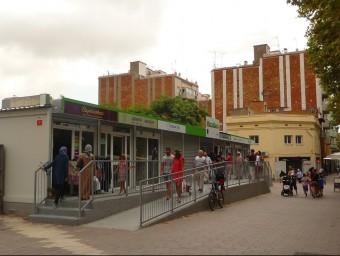 El mercat provisional que s'ha instal·lat a la plaça Batista Roca mentre dura la reforma de MercaGavà R.M.B