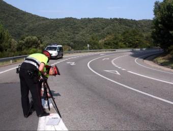 Els Mossos inspeccionant el lloc de l'accident ahir a la tarda. ACN