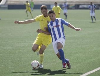 Pablo Íñiguez, de groc, disputa una pilota amb un rival, en un partit del Vila-real B. DIARIO DEL MEDITERRANEO