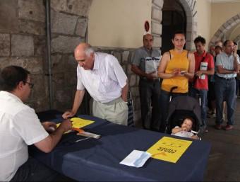 La cua ahir davant la llibreria Les Voltes , a la plaça del Vi de Girona, de persones que volien comprar tiquets de bus per anar a Barcelona l'Onze de setembre JOAN SABATER