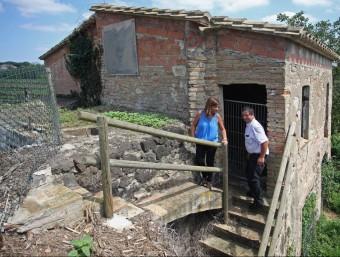 L'alcaldessa de Vilobí i el regidor Joan Viñolas, dimarts passat a tocar del molí LLUÍS SERRAT
