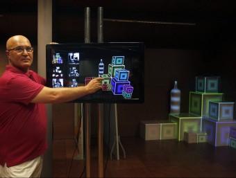 Lucio Tavera interactua amb un sistema de 'video mapping'.  ORIOL DURAN