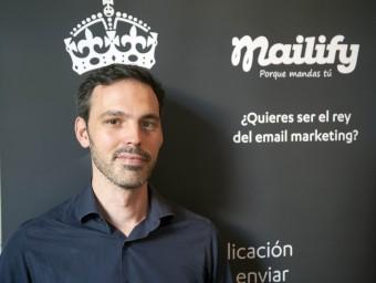 El director general de Mailify, Paul de Fombelle, amb elements de promoció de l'empresa.  JOSEP LOSADA
