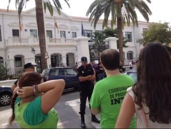 Concentració davant l'edifici on hi havia reunits Català, Fabra i Torró a Gandia. EL PUNT AVUI