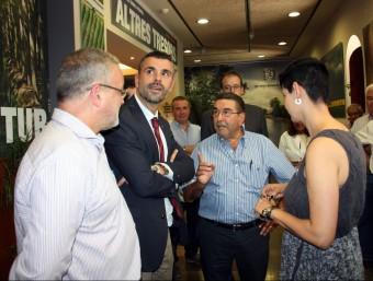 El conseller Santi Vila (segon per l'esquerra) durant la visita ahir al centre d'interpretació del Canal d'Urgell, a Mollerussa ORIOL BOSCH / ACN