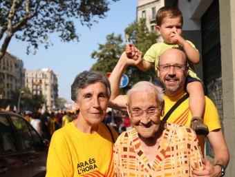 Carme Bonancia, una àvia de 101 anys, amb la seva filla, el nét i el besnét, ahir a la Gran Via de Barcelona ELISABET MAGRE