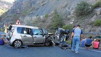 Els cotxes van xocar frontalment quan un d'ells avançava un camió NOTÍCIES DE LA TERRETA
