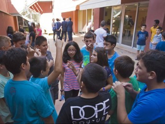 Alumnes de l'Institut Nou ahir al pati del centre. Al fons de la imatge, les autoritats que van visitar-los LLUÍS SERRAT