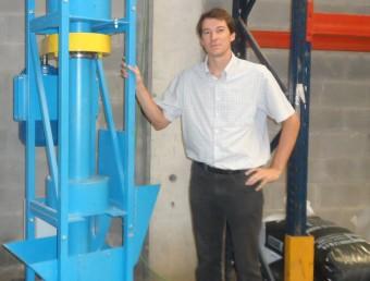 Jaume Soler, al laboratori de proves de l'empresa Safer-Tech.  ARXIU