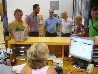 Els veïns van entregar les firmes recollides al registre de la delegació del govern a l'Ebre. L.M