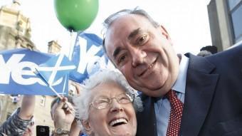 Alex Salmond saluda una simpatitzant escocesa. EFE