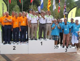 Els jugadors catalans, amb el trofeu de campions, en el podi d'ahir a Andorra FCPP