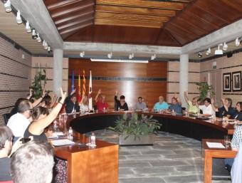 A l'esquerra a la foto superior el nombrós públic que va assistir al ple d'ahir a Figueres, aplaudint el moment de la votació; a sota, imatges dels plens d'ahir als municipis de Banyoles i Roses; a sobre d'aquest text a la part superior, els consistoris de Lloret de Mar, i a sota el de Sant Gregori (esquerra) i el de Les Planes J. CASTRO/ ICONNA/ LLUÍS SERRAT / ARTURO LOPEZ.-VILA DE ROSES.CAT