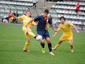 Batanero, autor del tercer gol, davant la defensa ucrainesa A. MONTOLIU / FCF
