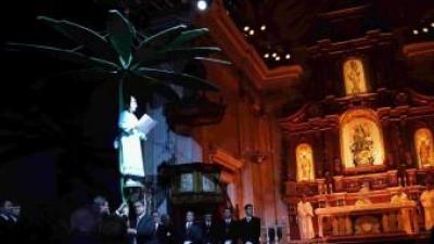Interpretació de «La Carxofa» a l'interior de l'església. EL PUNT AVUI