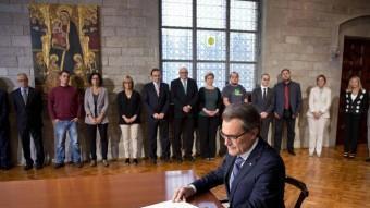 Artur Mas signant el decret de la consulta ACN