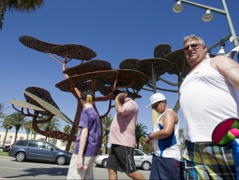 Turistes russos passetjant per salou.  ARXIU