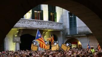 Concentració en favor de la consulta del 9N, davant l'Ajuntament de Girona. M.LL