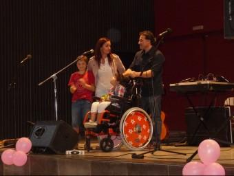 Els pares de la nena afectada per la síndrome de Leigh, amb la seva filla i el seu fill, dissabte, a la festa.