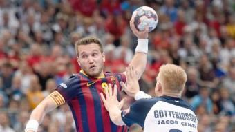 Barcelona's Victor Tomas takes a shot in a Champions League game in Germany. /  Arxiva