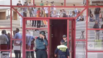 Agents de la Guàrdia Civil durant el registre a l'ajuntament d'Alcanar. JUDIT FERNÀNDEZ/ ARXIU