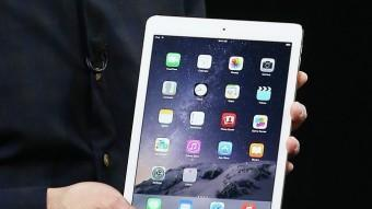 Tim Cook mostra l'Ipad Air 2 després d'anunciar que els desenvolupadors ja poden crear 'apps' per al rellotge. AFP