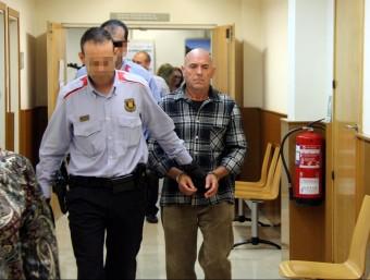 Ramon Laso, autor del doble crim dels Pallaresos, dirigint-se a la sala de vistes de l'Audiència de Tarragona, ahir ACN