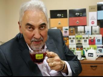 Jordi Pou, propietari de Coffee Center, predicant amb l'exemple.  MANEL LLADÓ