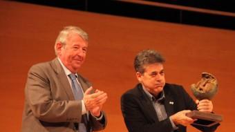 Guillem Terribas fent comèdia  en el moment de rebre el Liberpress de mans de Xavier Soy.  JOAN SABATER