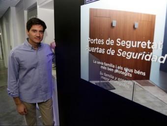 Andreu Maldonado, a la botiga d'Inn del barri de Sants.  JUANMA RAMOS