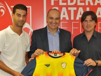 Gerard, Andreu Subies i Roger posen amb la samarreta de Catalunya, ahir a la seu de la FCF RUBÈN MIRÓ